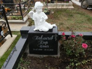 Памятник из гранита со скульптурой 05