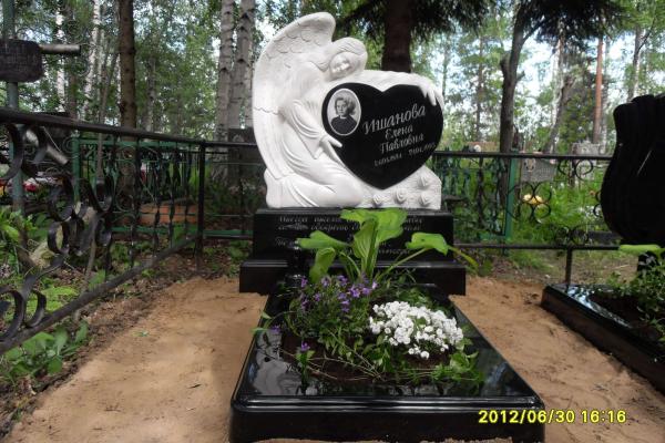 Памятник из литьевого мрамора Ангел с сердцем