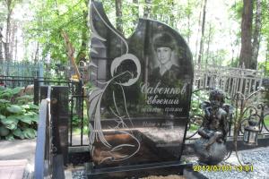 Памятник из гранита габбро Ангел молящийся